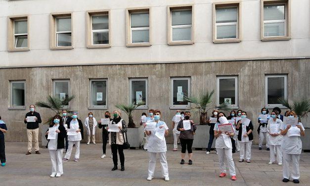 Las trabajadoras de limpieza del Hospital San Pedro se concentran para exigir la inclusión del lavado de la uniformidad en la licitación del concurso de limpieza
